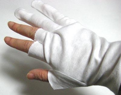 手袋の指の部分を切り落とす